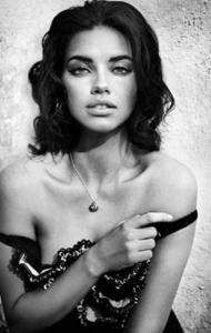 Magnifique femme en noir et blanc